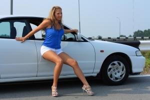 1340464_the_girl_poses_near_the_car