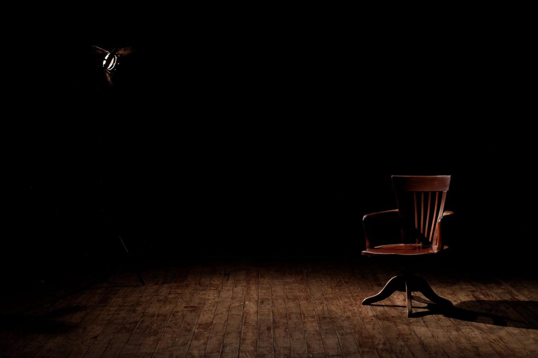 drewniane krzesło w ciemnym pokoju