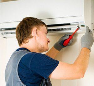 mezczyzna-naprawia-klimatyzator